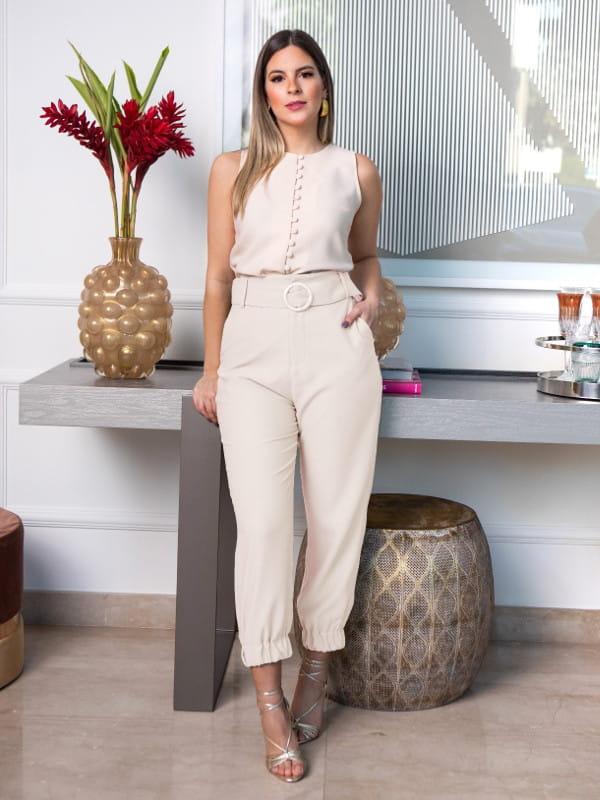 Calça jogger feminina: modelo vestindo uma calça jogger com blusinha nude.