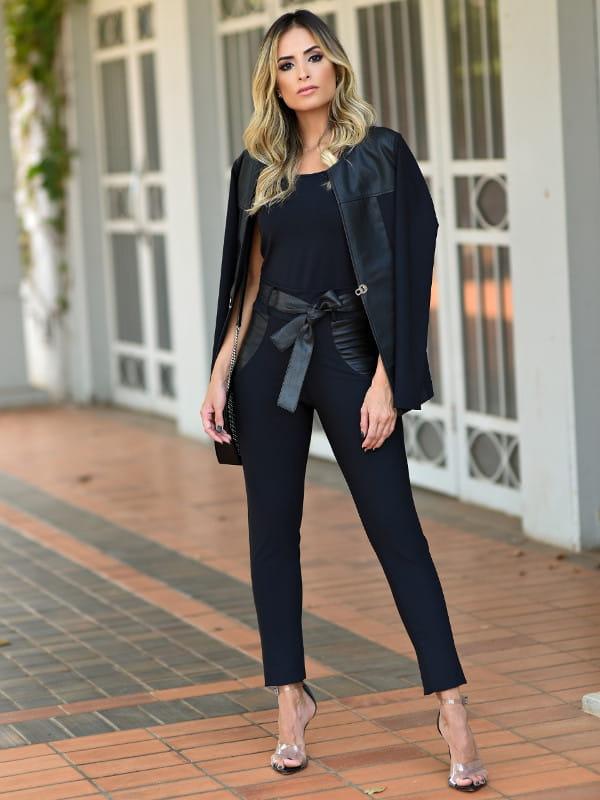 Calça montaria feminina: modelo vestindo uma calça montaria e jaqueta de couro preta.