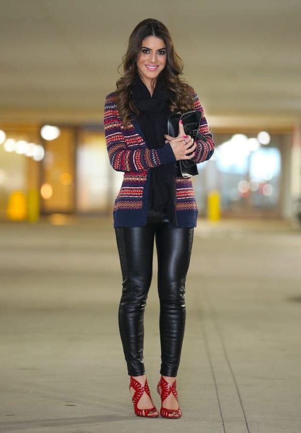 Calça montaria feminina: modelo vestindo uma calça montaria com suéter e sandália vermelha.