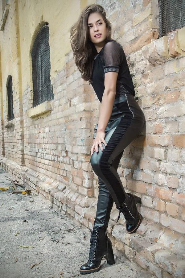 Calça montaria feminina: modelo vestindo uma calça montaria e t-shirt com manga transparente.