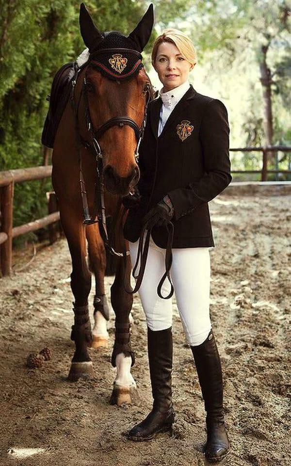 Calça montaria feminina: Edwina Tops-Alexander ao lado do seu cavalo.