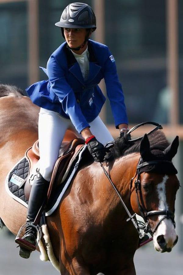 Calça montaria feminina: Penelope Leprevost montando o seu cavalo.