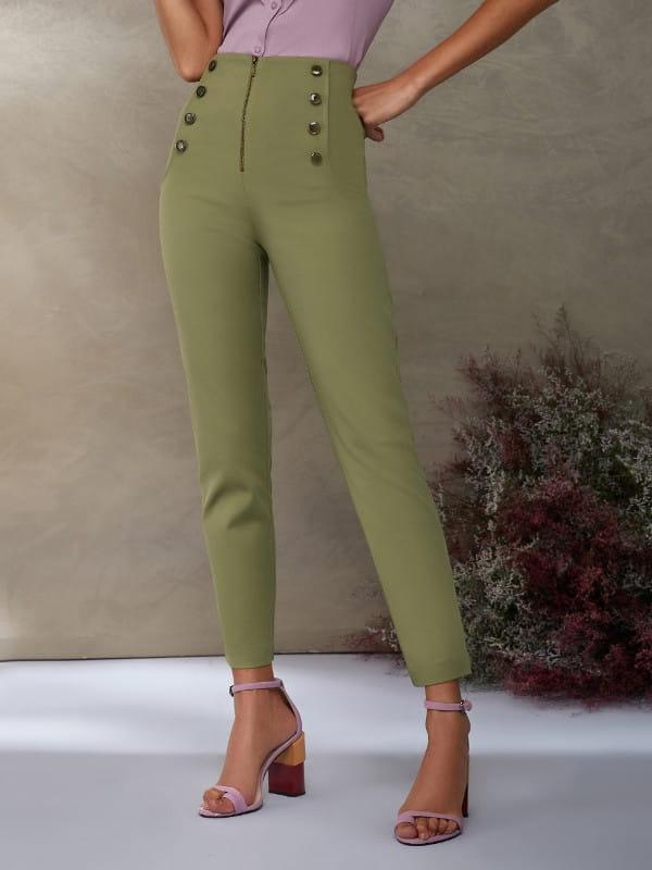 Calça skinny feminina: modelo vestindo uma calça skinny na cor verde com botões frontais.