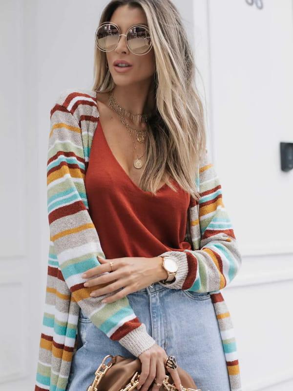 Looks com cardigan feminino longo: modelo mostrando um look completo com cardigan colorido.
