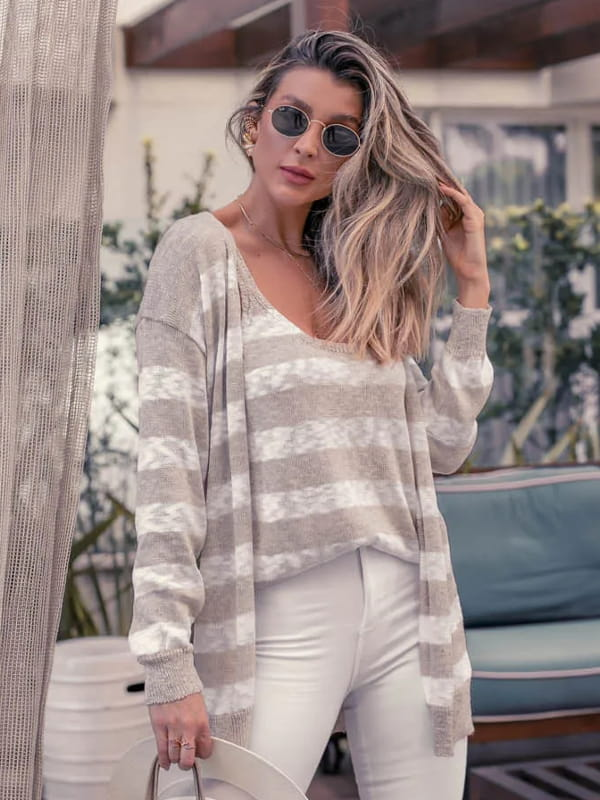 Looks com cardigan feminino longo: modelo mostrando detalhes de um cardigan listrado.