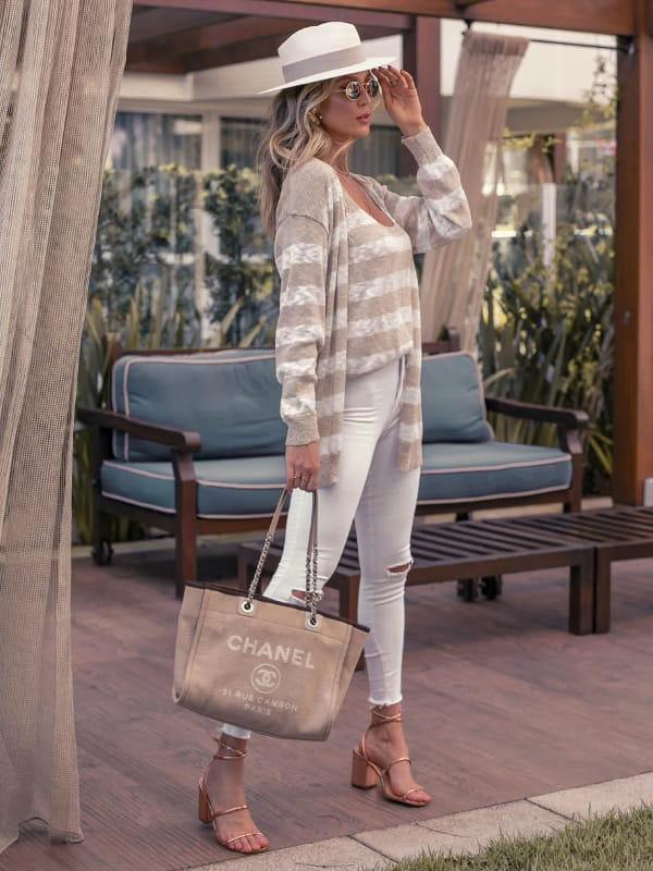 Looks com cardigan feminino longo: modelo vestindo um look com cardigan e regata listrada.