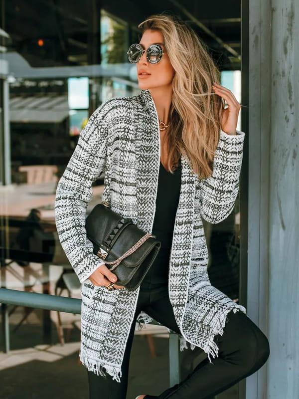 Looks com cardigan feminino longo: modelo vestindo um casaco de tricot xadrez.