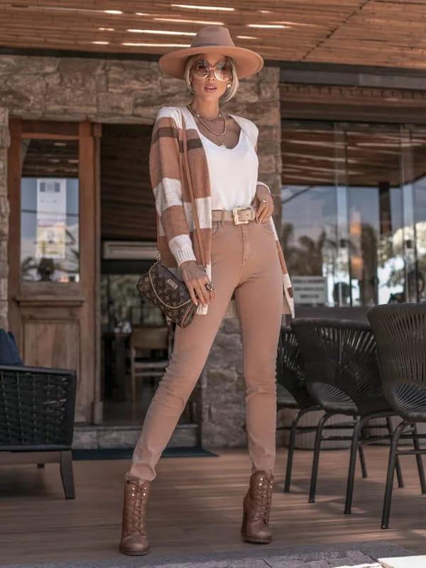 Looks com cardigan feminino longo: modelo mostrando um look completo com cardigan marrom e bege.