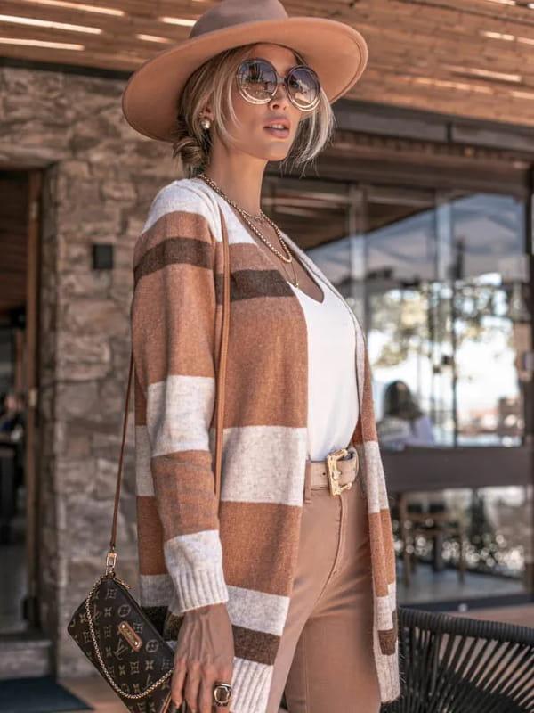 Looks com cardigan feminino longo: modelo mostrando detalhes de um cardigan marrom e bege.