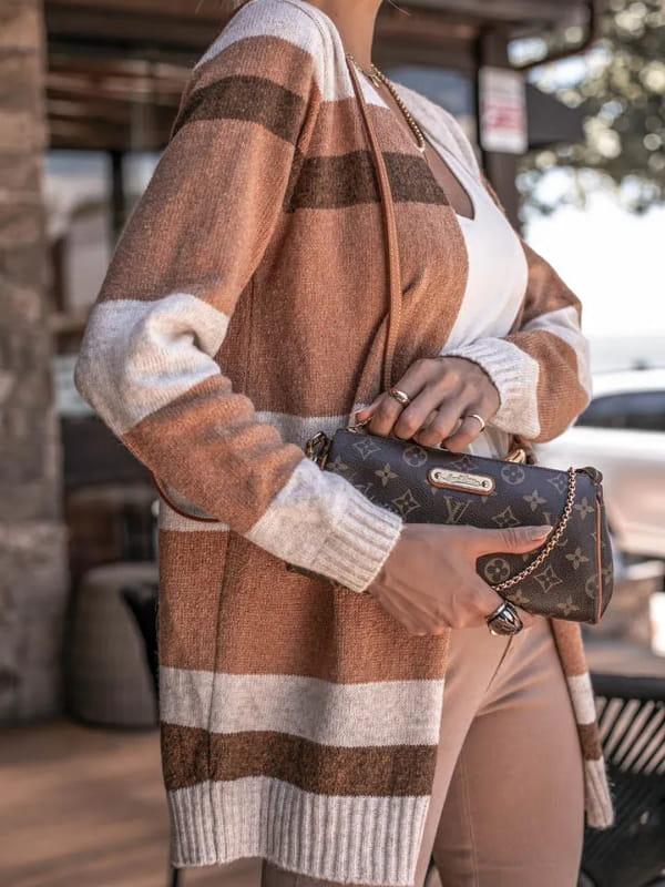Looks com cardigan feminino longo: modelo mostrando um cardigan marrom e bege no detalhe.
