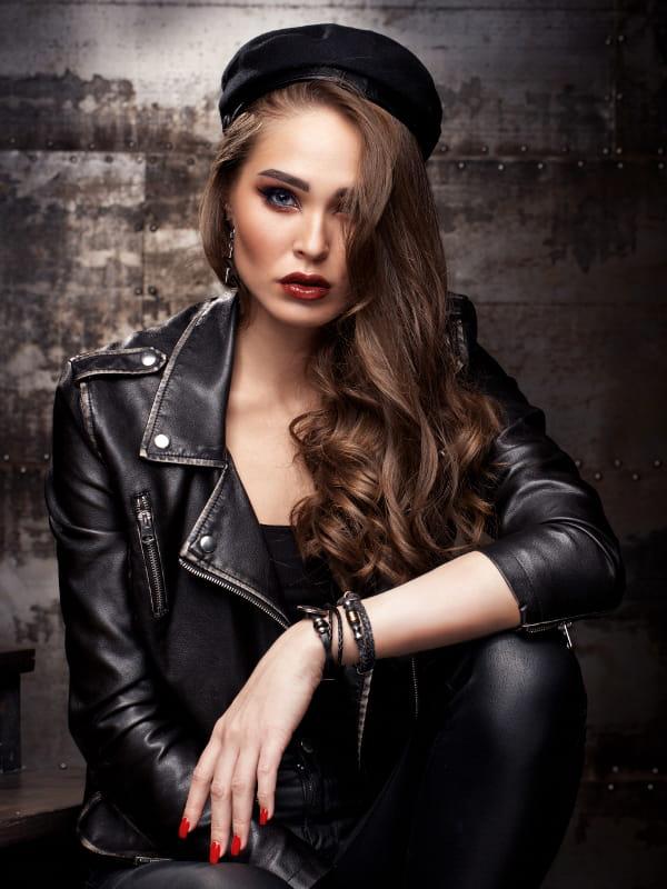 Modelo vestindo uma jaqueta de couro preta feminina.