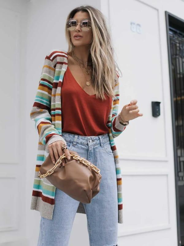 Casacos femininos para Outono Inverno 2021: modelo vestindo um casaco de tricot com listras coloridas.