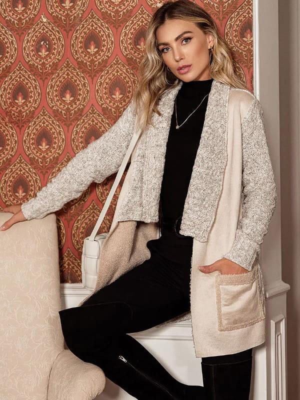 Casacos femininos para Outono Inverno 2021: modelo vestindo um casaco de tricot com pele fake.