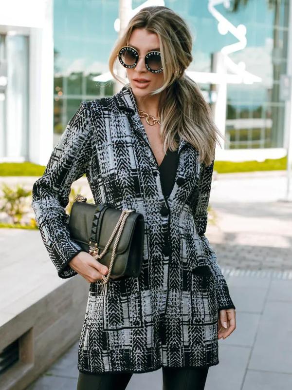 Casacos femininos para Outono Inverno 2021: modelo vestindo um casaco de tricot xadrez longo.