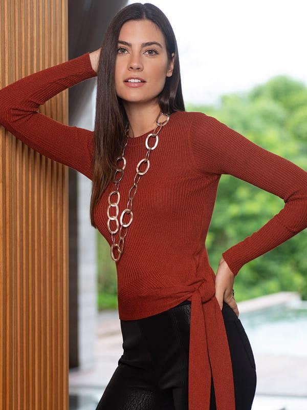 Como inovar nos looks: modelo usando uma blusa de tricot com amarração.
