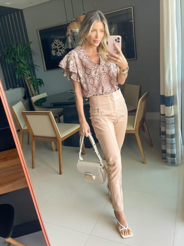 Como usar o animal print corretamente: modelo vestindo um look com blusa de crepe animal print cobra e calça lisa.