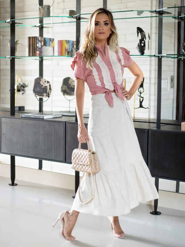 Como usar saia midi?: modelo vestindo saia midi de linho com viscose.