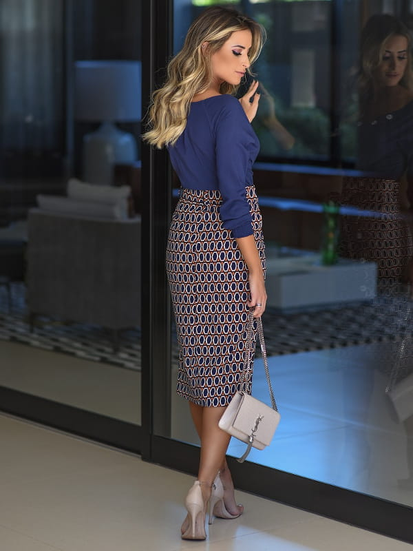 Como usar saia midi?: modelo vestindo saia midi estampada com abertura na lateral - costas.