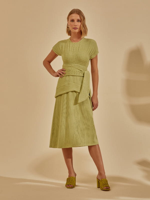 Como usar saia no inverno: modelo usando uma saia com amarração e camadas.