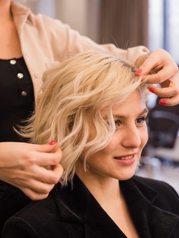 Cringe: entenda este termo da moda: mulher loira cortando o cabelo.