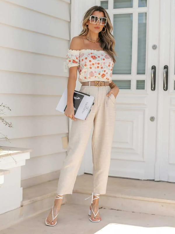 Cropped de tricot modal: modelo vestindo um cropped de tricot modal estampado na cor cru.