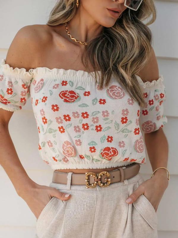 Cropped de tricot modal: modelo mostrando detalhes de um cropped de tricot modal estampado na cor cru.