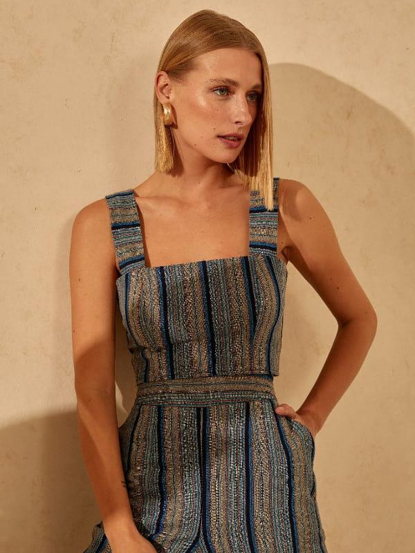 Decote quadrado: saiba como utilizá-lo: mulher com uma blusa cropped e calça com a mesma estampa.