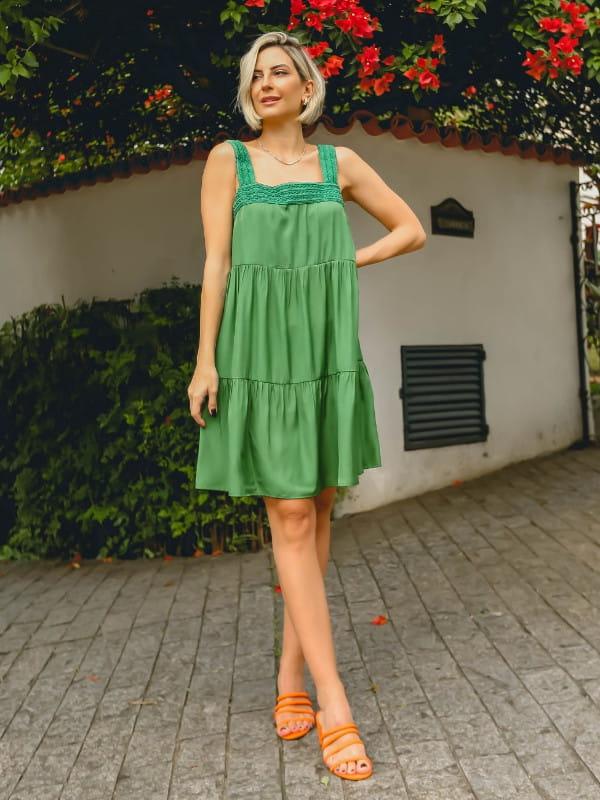Decote quadrado: saiba como utilizá-lo: mulher vestindo um vestido verde.
