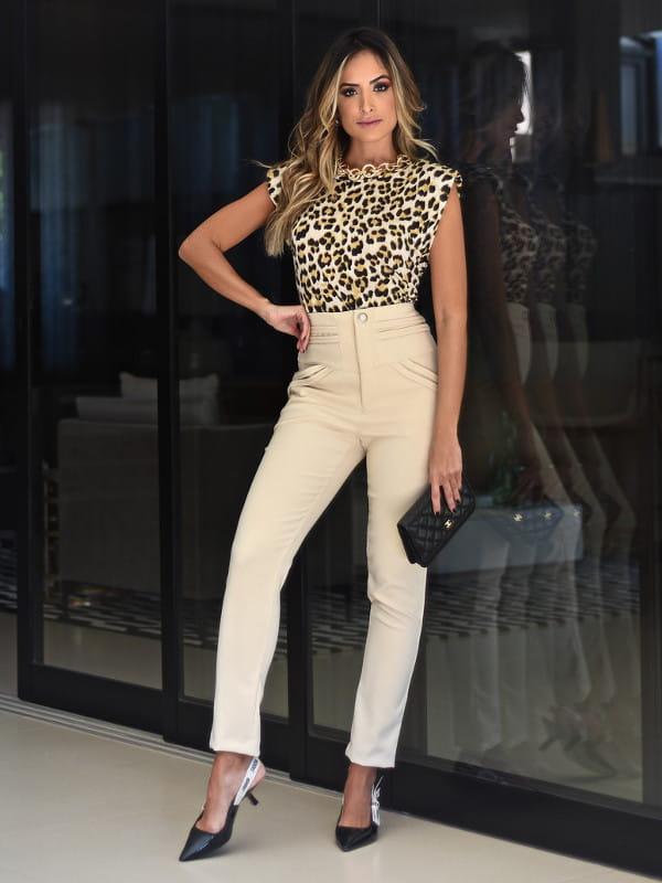 Dicas de roupas para disfarçar a barriguinha: modelo usando uma calça média e blusa de oncinha.
