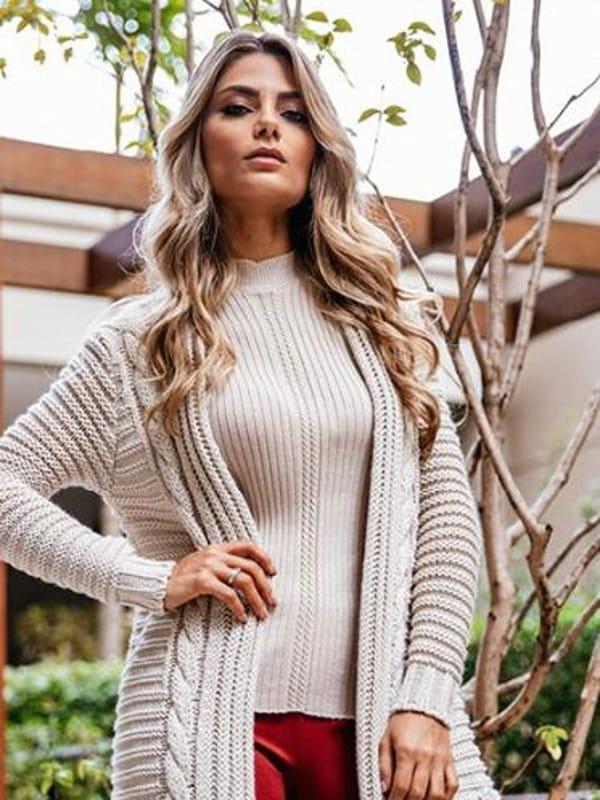 Dicas de roupas para disfarçar a barriguinha: modelo usando um casaco longo.