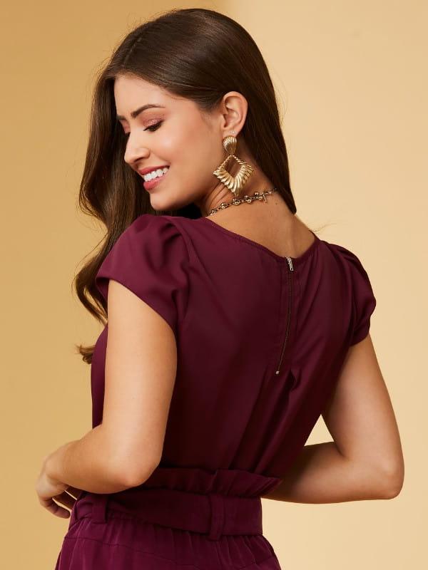 5 dicas para se vestir bem usando o básico: modelo mostrando as costas de uma blusa de crepe básica detalhe gota ameixa.