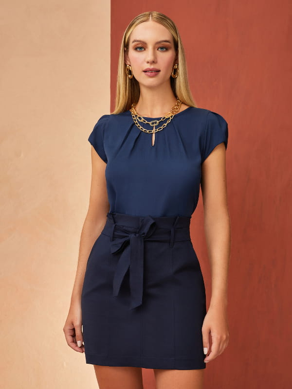 5 dicas para se vestir bem usando o básico: modelo vestindo uma blusa de crepe básica detalhe gota azul marinho.