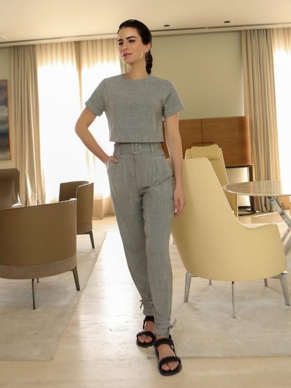 5 dicas para se vestir bem usando o básico: modelo vestindo uma calça alfaiataria chevron.
