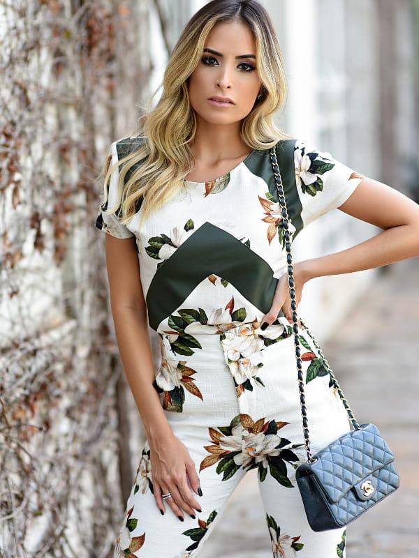 Estampas para o inverno 2020: modelo vestindo um conjunto com estampa floral retrô.