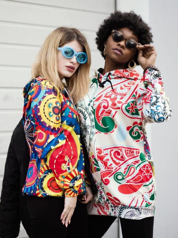 Estampas para o inverno 2020: duas modelos vestindo blusas com estampa paisley.