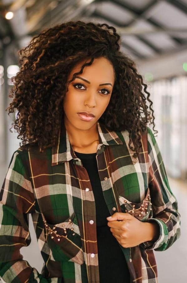 Estampas para o inverno 2020: modelo vestindo uma camisa xadrez com uma blusinha por baixo.