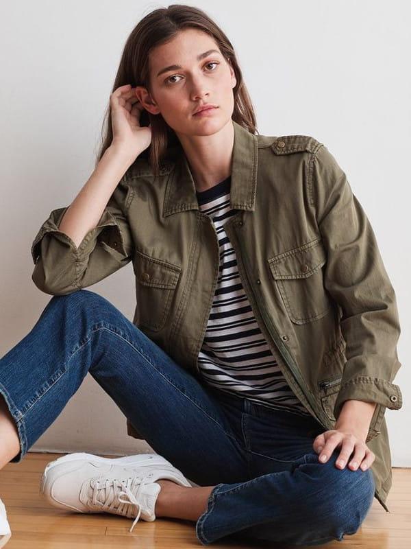 Estilo militar: a moda que vai e volta: modelo usando uma calça slouchy jeans com blusa preta.