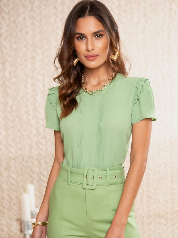 Loja de roupas femininas online: modelo usando uma blusa de crepe verde.