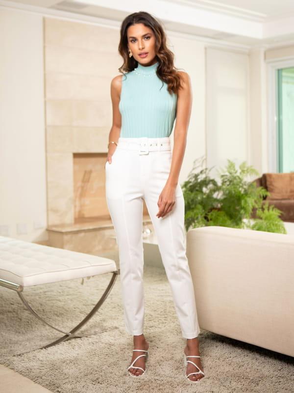 Loja de roupas femininas online: modelo usando uma calça off white.