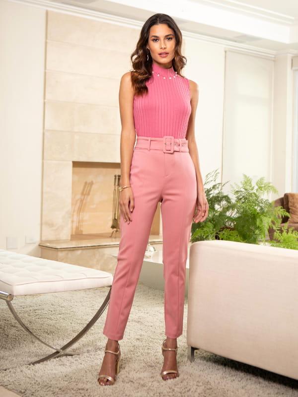 Loja de roupas femininas online: modelo usando uma calça rosê com regata canelada.