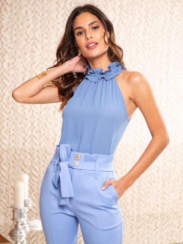 Loja de roupas femininas online: modelo usando uma regata azul com babado na gola.