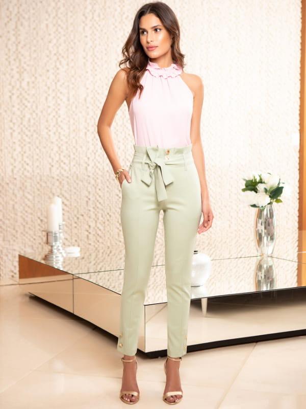 Loja de roupas femininas online: modelo usando uma calça verde clara.