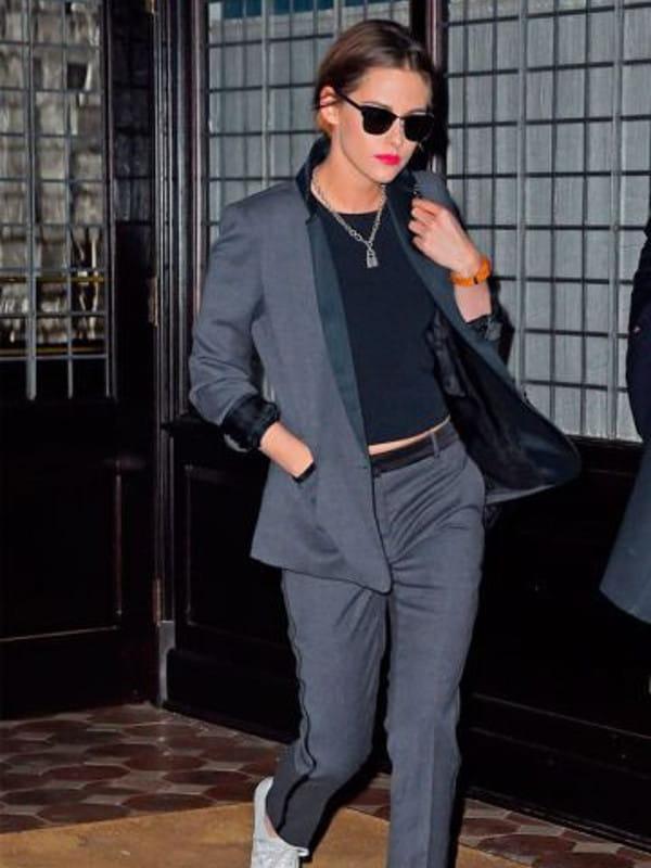 Look boyish: saiba como montar: modelo vestindo uma calça com blazer cinza.
