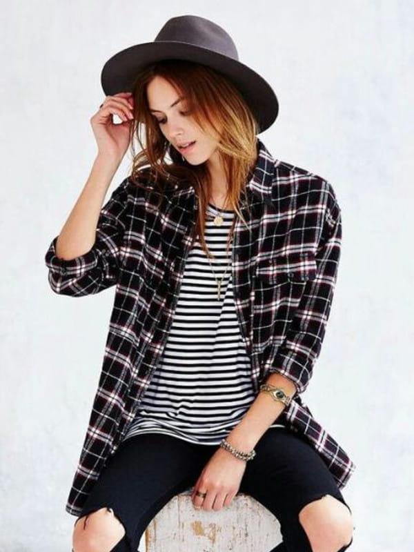 Look boyish: saiba como montar: modelo com uma camiseta e camisa xadrez por cima.