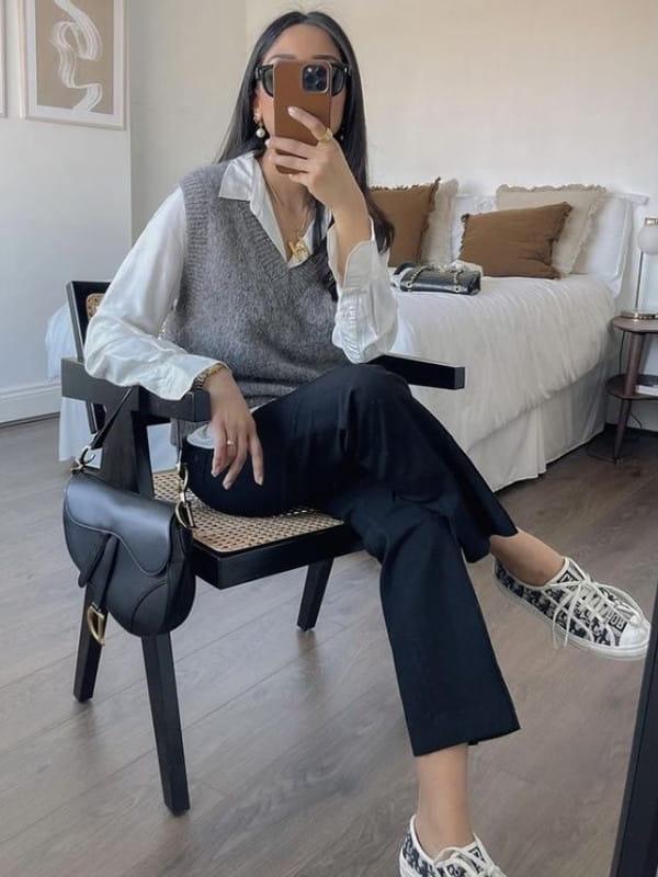 Look boyish: saiba como montar: modelo vestindo um colete cinza gola V.