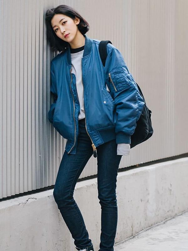 Look boyish: saiba como montar: modelo vestindo com uma jaqueta azul.