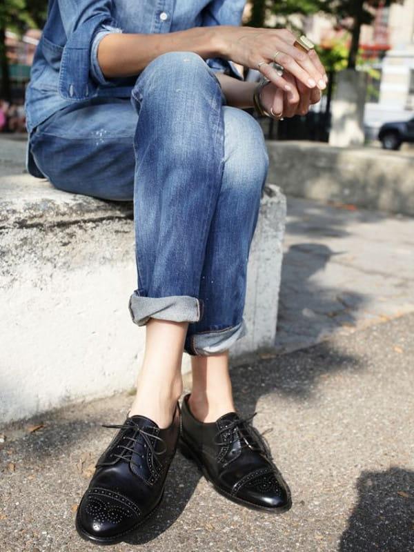 Look boyish: saiba como montar: modelo vestindo camisa e calça jeans com sapato oxford.