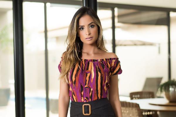 Look com blusa ciganinha estampada: modelo com seu novo look.