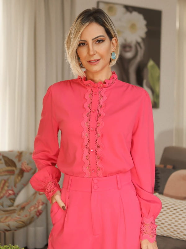 Look com camisa social feminina: modelo usando uma camisa social rosê.