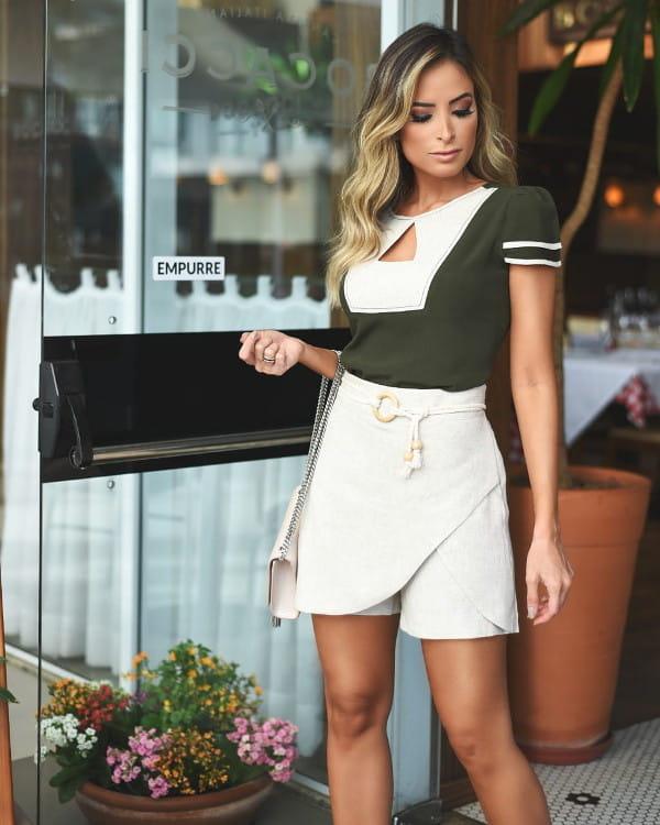 Look com short saia: modelo vestindo um short saia com amarração.